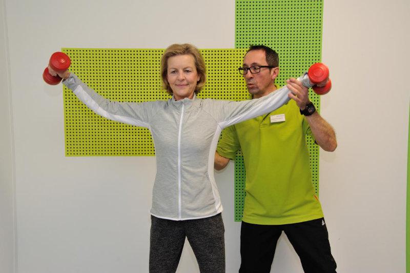 Einzelkrankengymnastik zur Verbesserung der Bewegungsfähigkeit nach Schulter-OP
